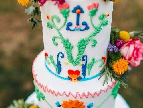 dreistöckige Hochzeitstorte mit buntem Spritzmuster
