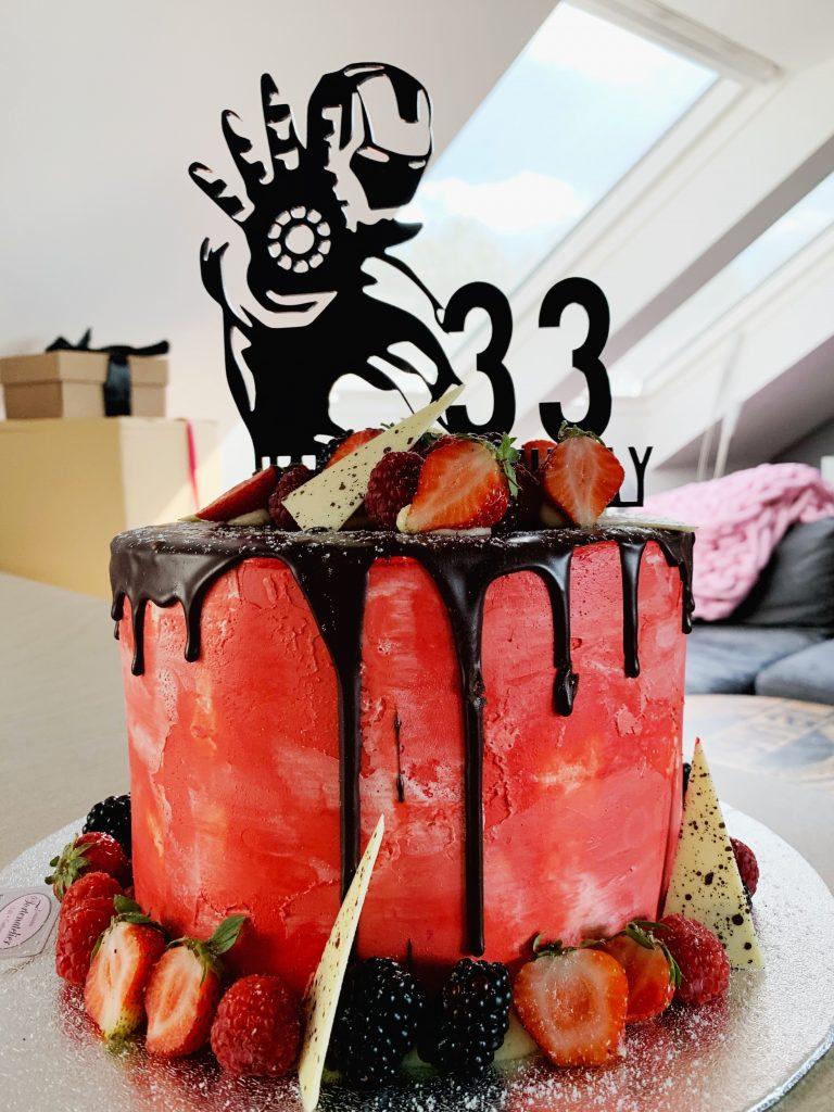 Iron Man Cake Topper auf roten Semi Naked Cake mit Drip Elemten