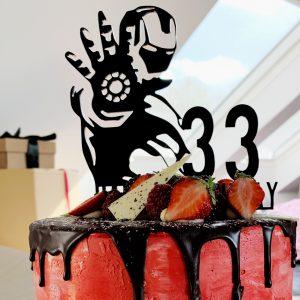rote Torte mit Iron Man Cake Topper und Erdbeern